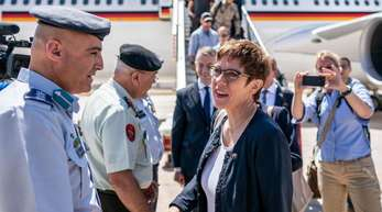 Verteidigungsministerin Kramp-Karrenbauer wird am Flughafen von Amman von jordanischen Militärs begrüßt.