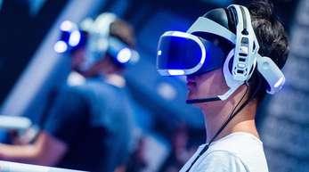 Ein Besucher der Gamescom 2018 probiert an einem Stand ein Videospiel mit einer VR-Brille aus. Die Gamescom in Köln steht dieses Jahr im Zeichen der eSport.