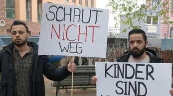 Demonstranten fordern vor dem Auswärtigen Amt in Berlin die Rückführung der Kinder von IS-Kämpfern aus Syrien.