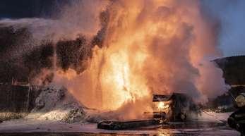 Feuerwehrleute löschen den Brand auf einer Mülldeponie. Ist eine entsorgte Batterie beschädigt, kann sie erhitzen und daraus können sich Brände entwickeln.