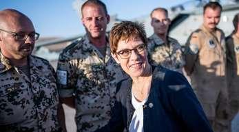 Verteidigungsministerin Kramp-Karrenbauer mit Bundeswehrsoldaten im jordanischen Al Asrak.