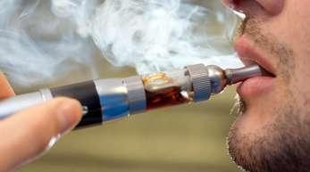 US-Behörden prüfen bei fast 100 jungen Menschen mit schweren Lungenproblemen einen Zusammenhang mit dem Konsum von E-Zigaretten.