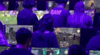 Messebesucher testen auf der Gamescom neue Spiele.