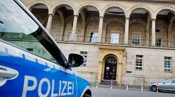 Ein Polizeifahrzeug vor dem Landgericht in Wuppertal.