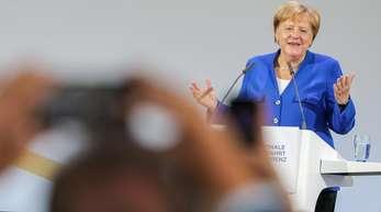 Bundeskanzlerin Angela Merkel(CDU) spricht auf der ersten Nationalen Luftfahrtkonferenz auf dem Flughafen Leipzig-Halle.