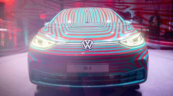 Das neue Elektroauto ID der Marke Volkswagen wird in einem Glaswürfel präsentiert.