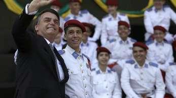 Selfie mit Soldaten:Brasiliens Präsident Jair Bolsonaro setzt im Kampf gegen die schweren Waldbrände am Amazonas jetzt das Militär ein.