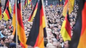 Nach der Messerattacke vor einem Jahr: Demonstration von AfD und Pegida, der sich auch die Teilnehmer der Kundgebung der rechtspopulistischen Bürgerbewegung Pro Chemnitz anschlossen.