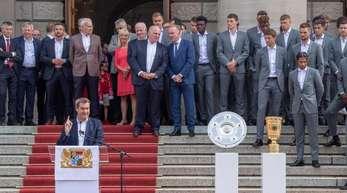 Bayerns Ministerpräsident Markus Söder (CSU) empfängt im Hofgarten die Mannschaft des FC Bayern München.