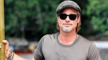 Typisch Brad Pitt: mit Sonnenbrille und Kappe.
