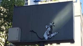Ein Werk des britischen Streetart-Künstlers Banksy in Paris. Diebe haben es nach Angaben des Centre Pompidouaus dem hohenMetallkastenschild herausgeschnitten.