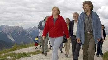 Bundeskanzlerin Angela Merkel wandert mit dem Bergsteiger Reinhold Messner auf den Monte Rite zum Messner Mountain Museum. Messner und Merkel (2006).