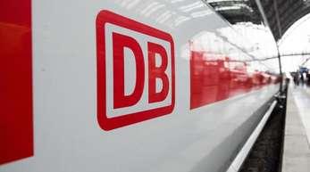 Das Logo der Deutschen Bahn auf einem ICE im Hauptbahnhof von Frankfurt/M.