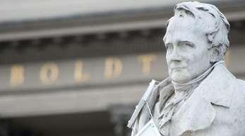 Alexander von Humboldt vor dem Eingang der Humboldt-Universität in Berlin.