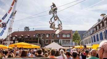 Das Brautpaar schwebt über den Breisacher Marktplatz.