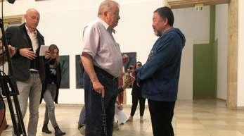 Der Künstler Ai Weiwei (r)im Gespräch mit Bernhard Spies, dem Geschäftsführer des Museums.