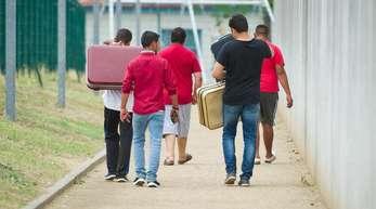 Männer in einer Aufnahmeeinrichtung für Flüchtlinge.