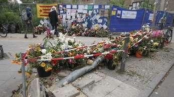 Am Unfallort liegen Blumen zum Gedenken an die vier Toten.