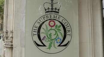 """Schild des """"Supreme Court"""" am Haupteingang des Obersten Gerichtshofs desVereinigten Königreichs."""