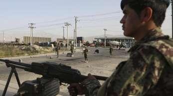 Ein Soldat der afghanischen Nationalarmee an einem Kontrollpunkt in Kabul. Seit Jahrzehnten leidet die Bevölkerung des Landes unter militärischen Auseinandersetzungen.