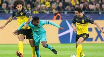 Die Dortmunder Axel Witsel (l) und Thomas Delaney (r) nehmen Ansu Fati vom FC Barcelona den Ball ab.