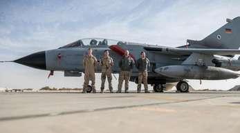 Deutsche Soldaten neben einem Tornado-Jet auf der Airbase Al-Asrak in Jordanien.