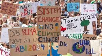 Teilnehmer der Klima-Demonstration Fridays for Future auf dem Gänsemarkt in Hamburg.