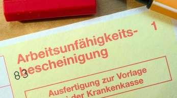 Wer sich bisher vom Arzt krankschreiben lässt, bekommt eine Bescheinigung auf gelbem Papier - daher der Name «gelber Schein».