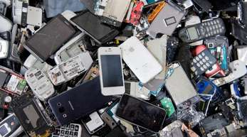 Für Rohstoffhändler sind auch nicht mehr funktionierende Handys und Smartphones wertvoll.