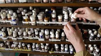 Blick in einen Schrank mit homöopathischen Präparaten in der Praxis einer Heilpraktikerin.