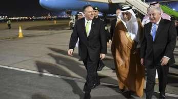 Mike Pompeo (l), Außenminister der USA, nach seiner Ankunft auf dem Flughafen der saudi-arabischen Hauptstadt.