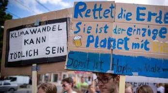 """Schüler und Wissenschaftler demonstrieren bei der Aktion """"Fridays for Future"""" für mehr Klimaschutz."""