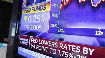 Ein Fernseher an der New Yorker Börse überträgt die Nachricht, nachdem die US-Notenbank ihre Zinsänderung bekannt gegeben hat.