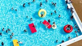 Trotz Hitzerekorden sind die Besucherzahlen in deutschen Freibädern diesen Sommer um knapp 17 Prozent im Vergleich zum Vorjahr zurückgegangen, wie die Deutsche Gesellschaft für das Badewesen ermittelt hat.