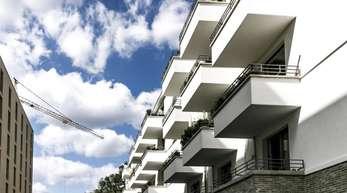 Eine Wohnanlage in Berlin: Während die Zahl der Baugenehmigungen für Einfamilienhäuser kaum sank, gab es bei Zwei- und Mehrfamilienhäusern jeweils ein hohes Minus von 4,1 Prozent.