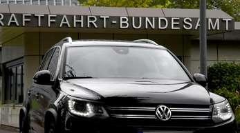 Ein Volkswagen Tiguan vor dem Kraftfahrt-Bundesamt (KBA)in Flensburg