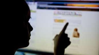 Mehr als jeder Zweite der 12- bis 17-Jährigen in Deutschland hat in den vergangenen zwölf Monaten sexuelle Inhalte oder Darstellungen gesehen - meist im Internet.