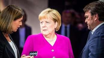 Hildegard Wortmann, Vorstand Audi, Bundeskanzlerin Angela Merkel (CDU) und Audi-Chef Bram Schot beim Eröffnungsrundgang auf der IAA am Stand von Audi.