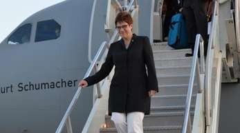 Dieses vom Bundesministerium der Verteidigung zur Verfügung gestellte Foto zeigt Verteidigungsministerin Annegret Kramp-Karrenbauer bei ihrer Ankunft am Flughafen in der US-amerikanischen Hauptstadt.