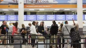 Check-In-Schalter des britischen Reisekonzerns Thomas Cook im Südterminal des Flughafens Gatwick. Die Bemühungen um Rettung des angeschlagenen britischen Touristikkonzerns Thomas Cook sind gescheitert.