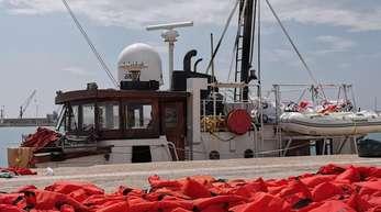 Das beschlagnahmte Rettungsschiff «Eleonore» der deutschen Hilfsorganisation Mission Lifeline, liegt in einem Hafen in Sizilien, im Vordergrund liegt ein Teil der 104 Rettungswesten der geretteten Migranten.