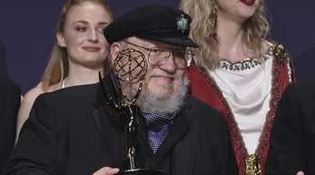 «Game of Thrones»-Schöpfer George R. R. Martin mit seinem Emmy für die «Beste Drama-Serie».