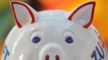 Sparen, sparen, aber nichts bekommen. Sowohl die Banken als auch ihre Kunden leiden derzeit stark unter den niedrigen Zinsen.