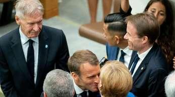 Angela Merkel wird am Rande des UN-Klimagipfels von Emmanuel Macron und Harrison Ford (l) begrüßt.