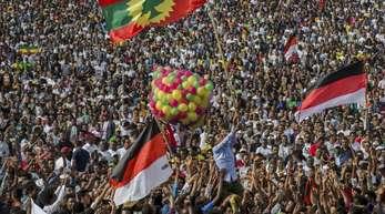 Auf dem Meskel-Platz in Addis Ababa versammeln sich Unterstützer von Ministerpräsident Abiy Ahmed. Die Vergabe des diesjährigen Friedensnobelpreises an den äthiopischen Ministerpräsidenten ist in seiner Heimat mit Jubel aufgenommen worden. «Das ist