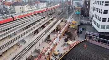 Arbeiter bauen ein Stahlbetonüberteil für die Erneuerung der Bahnbrücke über die Königsstraße in Nähe des Hauptbahnhofes in Hannover.