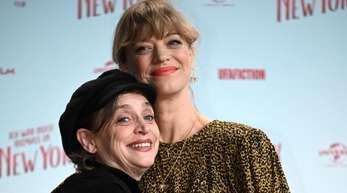 """Katharina Thalbach (l) mit Heike bei der Premiere des Kinofilms """"Ich war noch niemals in New York""""."""