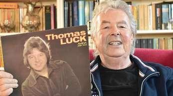 Sänger Thomas Lück zeigt seine erste bei Amiga 1978 erschienene Solo LP. Lück starb imAlter von 76 Jahren.