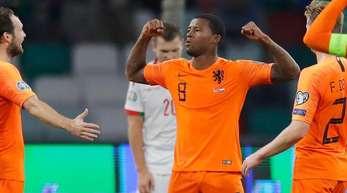 Der Niederländer Giliano Wijnaldum (M) feiert ein Tor gegen Weißrussland.