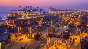 Containerumschlag im Hafen Yangshan in Shanghai.